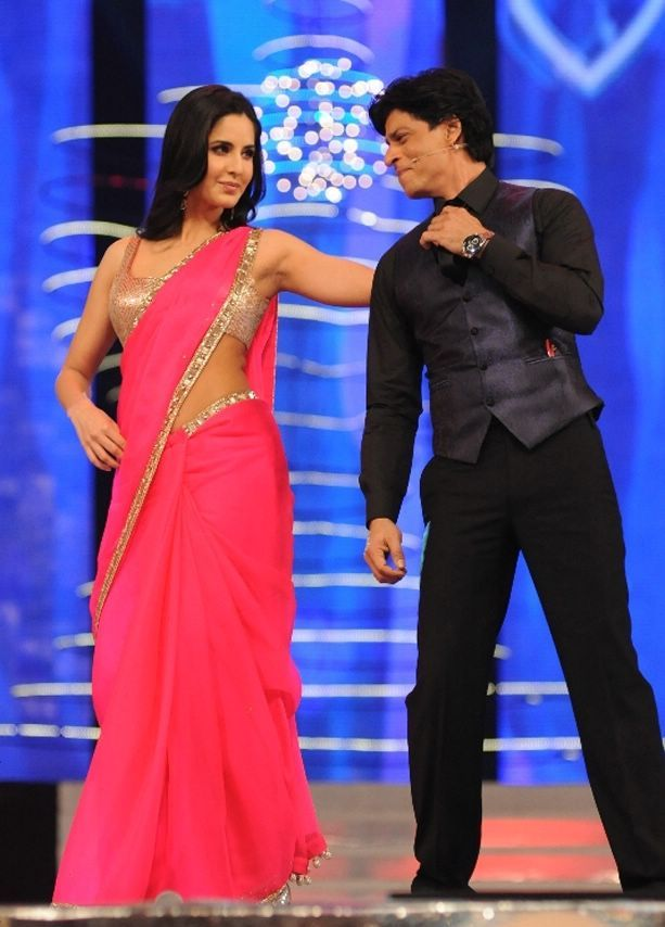 Shahrukh Khan Kisses Katrina Kaif on Stage