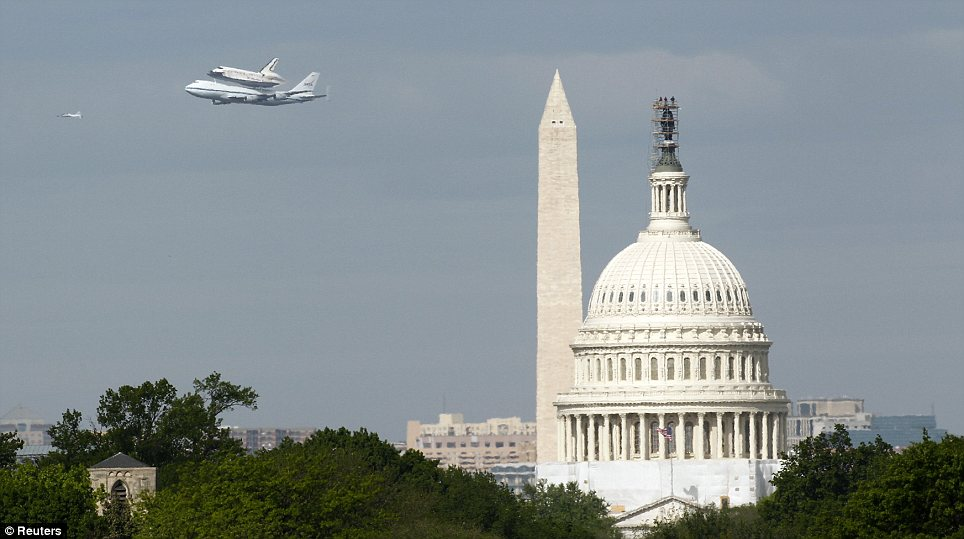 Shuttle Discovery on it's way to Washington