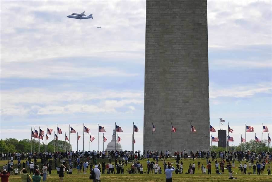 The Shuttle Discovery is on it's way to Washington DC