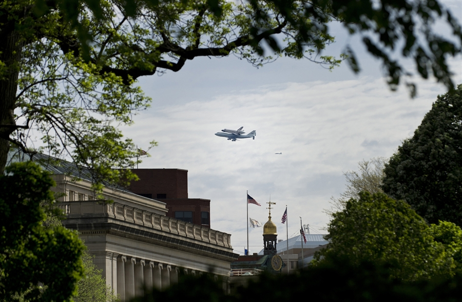 The Shuttle Discovery is on it's way to Washington