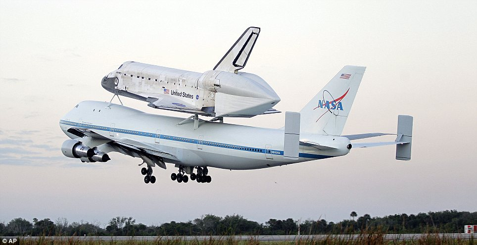 The Shuttle Discovery is on way to Washington