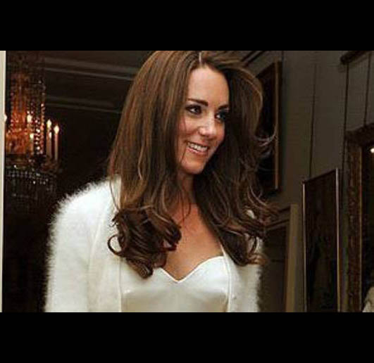 Video - Duchess Kate flashes Legs