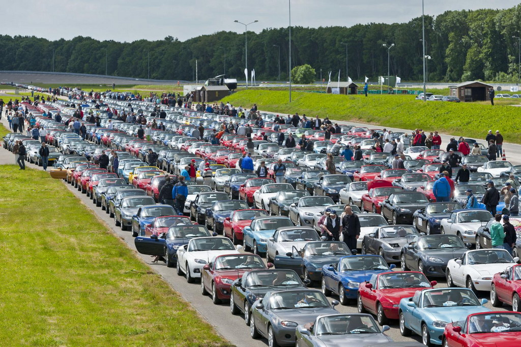 683 Mazda MX-5s Gathered For  New World Record